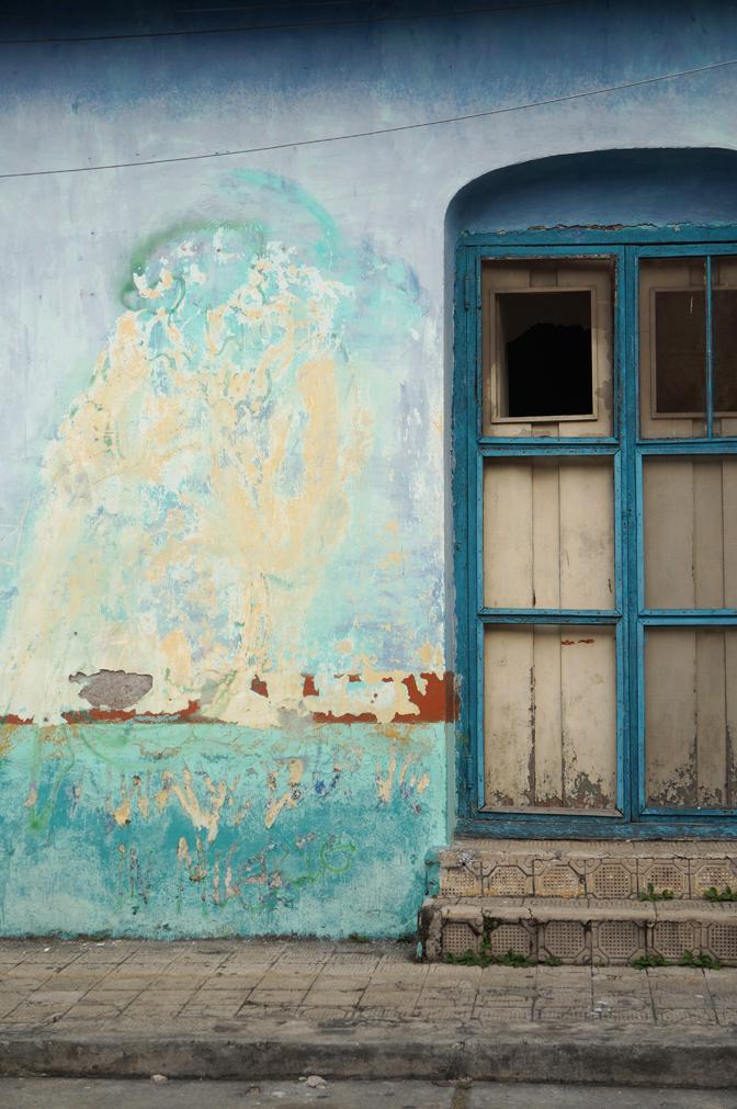 Flores. J'adore ces murs où s'accumulent les couches de peinture!