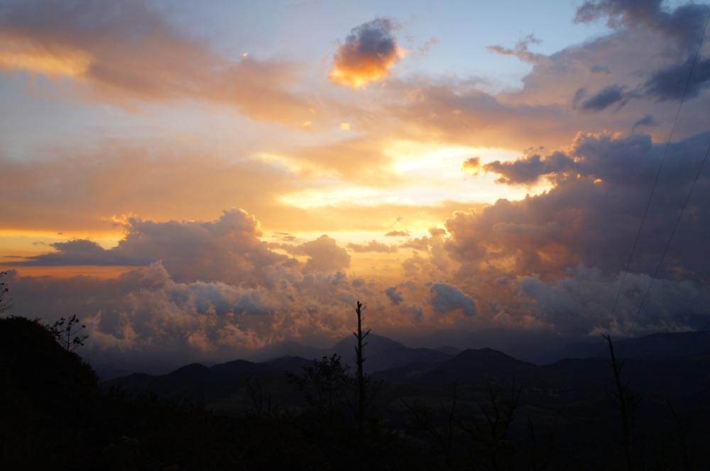 magnifique ciel. Le guide m'a dit que c'était un coucher de soleil moyen... j'aurais bien aimé voir les très beaux!!!!