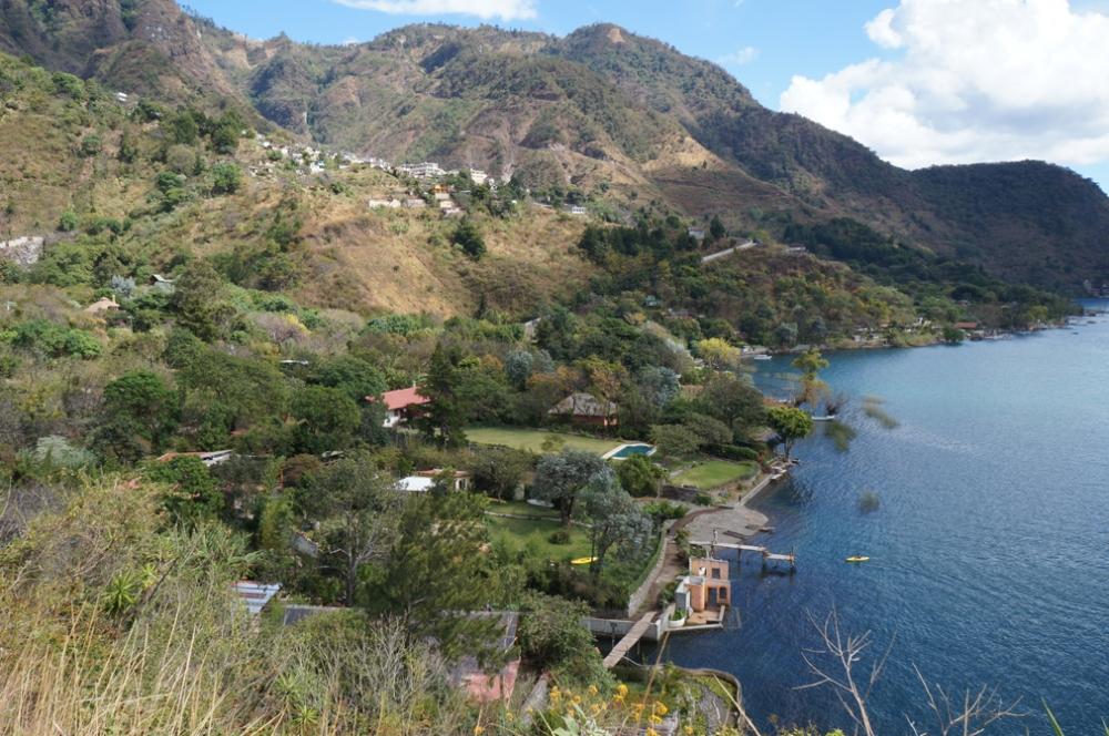 La baie de Santa Cruz la Laguna. Le village est au haut, mais mon auberge est devant le lac, derrière le quai