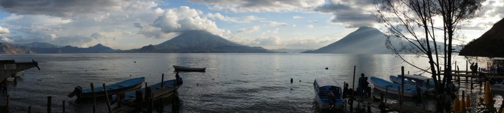 Vue de l'auberge. Le lac, les volcans. C'est franchement beau!