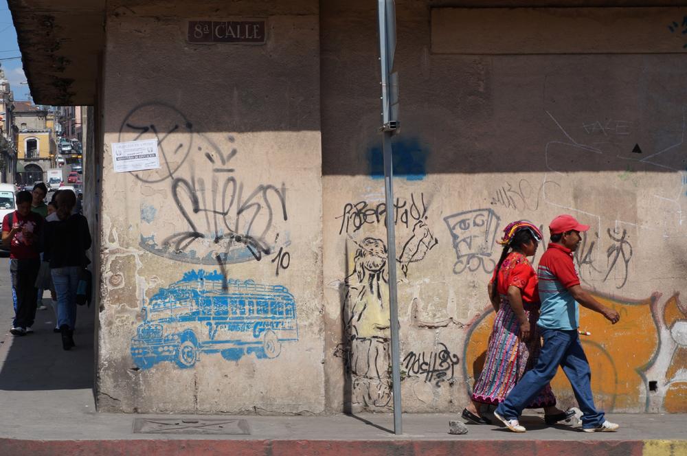 Art urbain représentant les fameux Chicken Bus et couple local avec l'habit typique des femmes de la région
