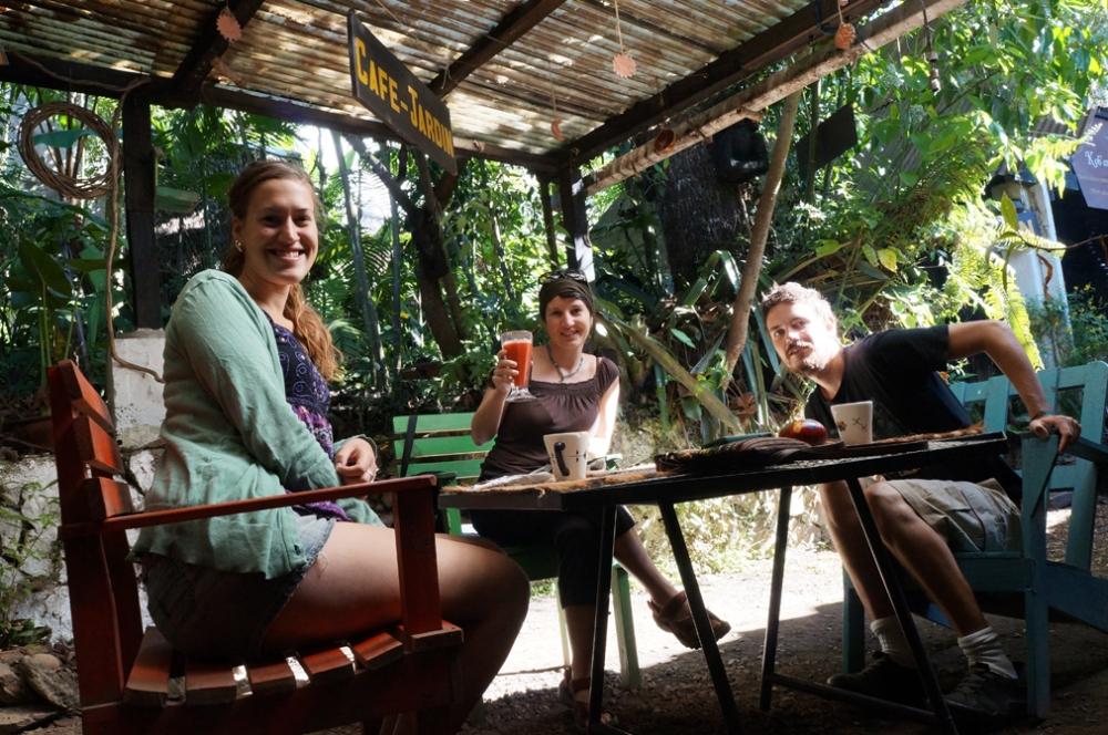 Emily, moi et Johnny au café