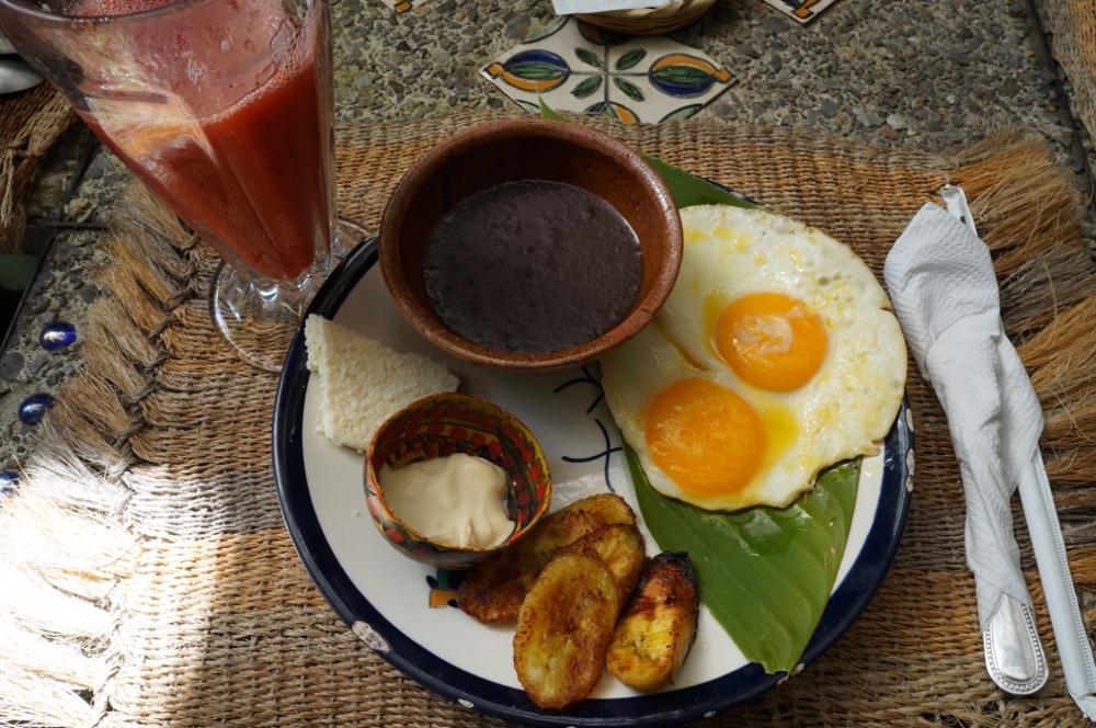 Déjeuner typique, fromage, bananes plantain, oeufs, beans, mioum!