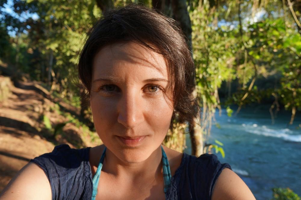 Soleil de fin d'après-midi sur le bord de la rivière