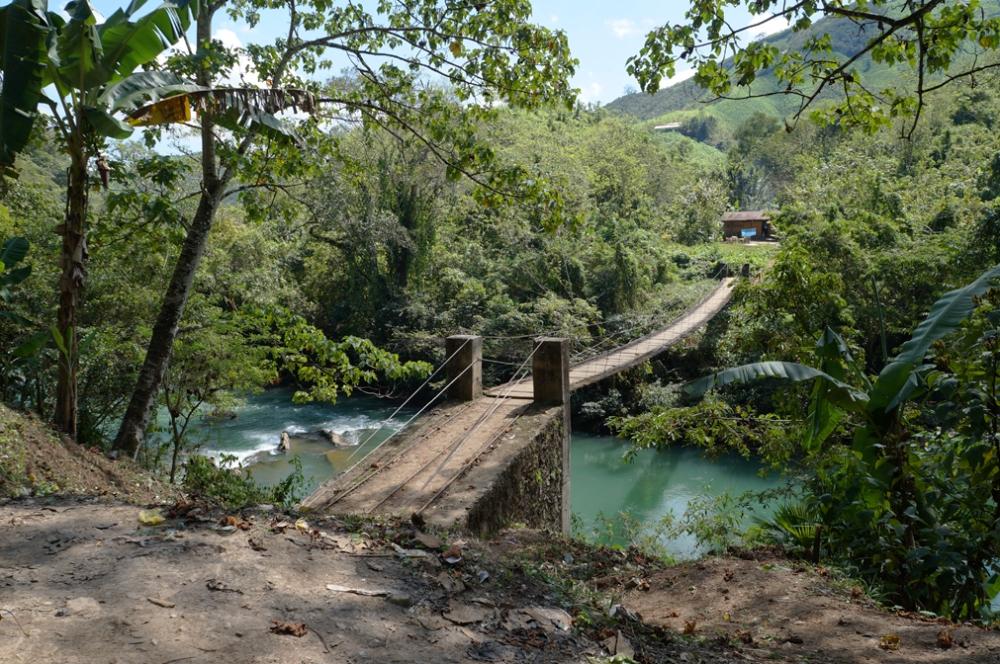 Pont d'Indiana Jones qui relie les 2 rives.