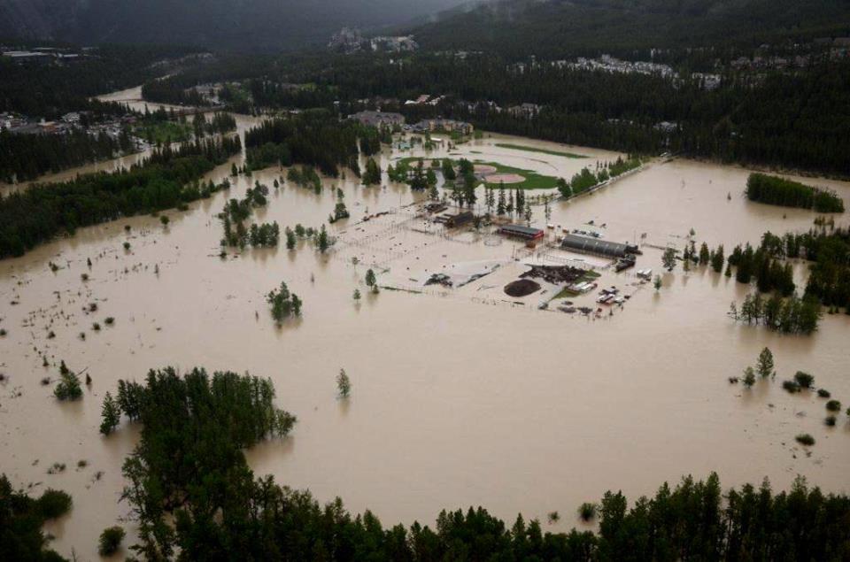 La rivière dans le coin gauche, au haut, a inondé le terrain récréatif, les écuries, les logements de mes copains du banff Centre et ma serre communautaire!!! mes légumes vont bien, ne vous en faites pas!